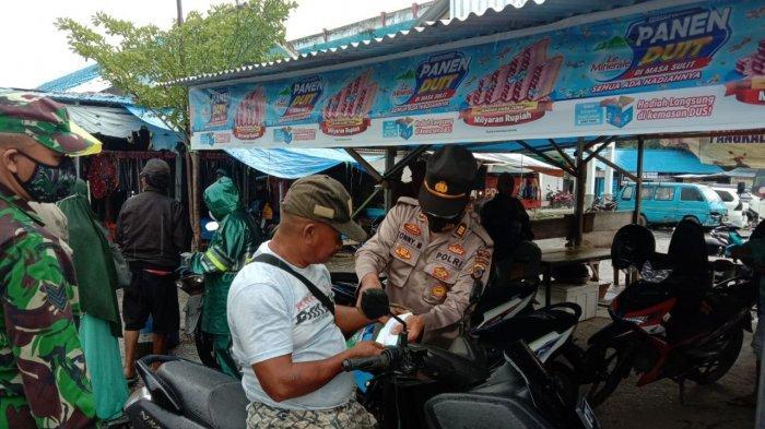 Polsek Poso Kota bersama TNI membagikan masker untuk masyarakat di Kabupaten Poso, Sulawesi Tengah